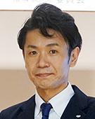 スーツの男性新井氏