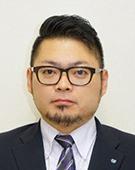 スーツの男性花沢氏