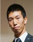 スーツの男性井岡氏
