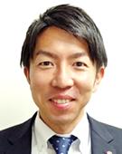 スーツの男性本橋氏