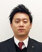スーツの男性小川氏