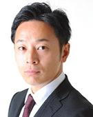 スーツの男性尾澤氏