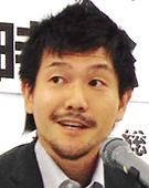 スーツの男性鈴木氏